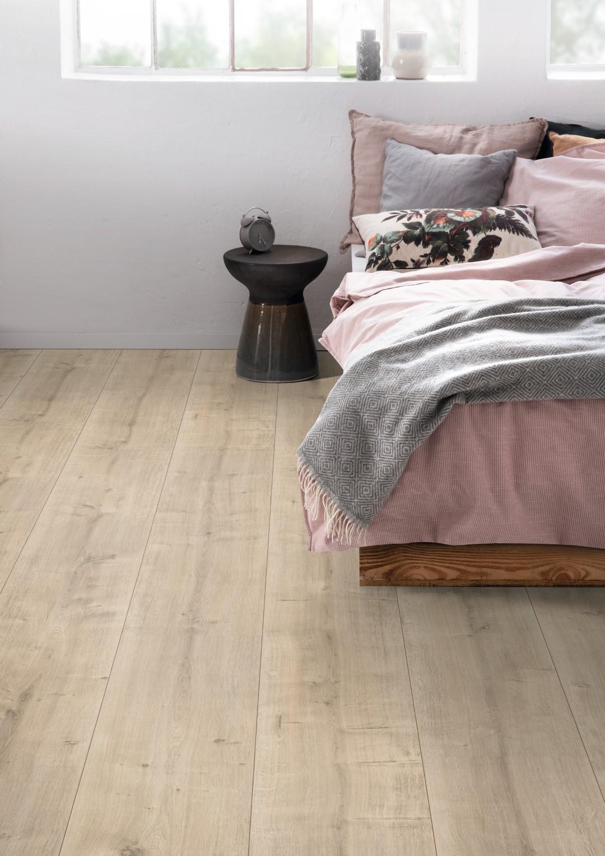 bed;Sleepingroom;application;chair;pillow;window;table;planket
